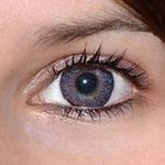 3 tones violet v detailu na původní barvě očí hnědo-zelené