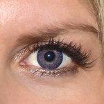 3 tones violet v detailu na původní barvě očí modré