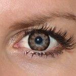 Sexy brown v detailu na původní barvě očí modré