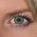 Yellow green v detailu na původní barvě očí modré