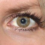 Basic honey v detailu na původní barvě očí modré