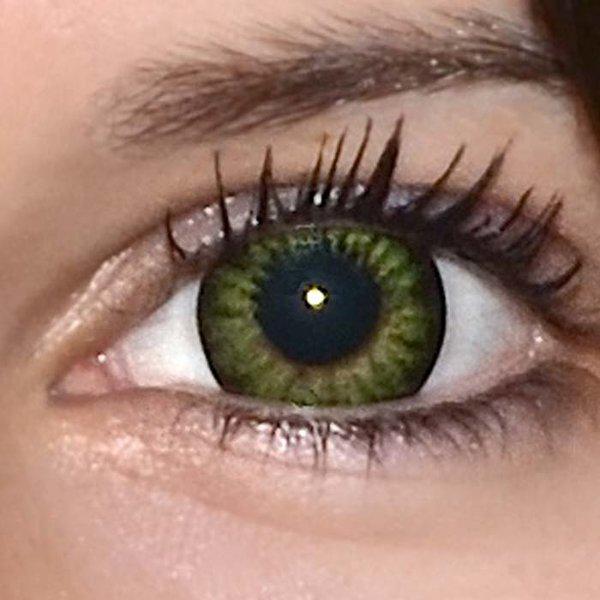 a35b9a452 ... Be party green v detailu na původní barvě očí hnědo-zelené ...